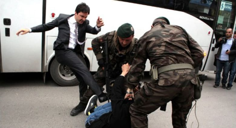 أردوغان يعزل كبير مساعديه بعد ركله أحد المحتجين على كارثة منجم سوما