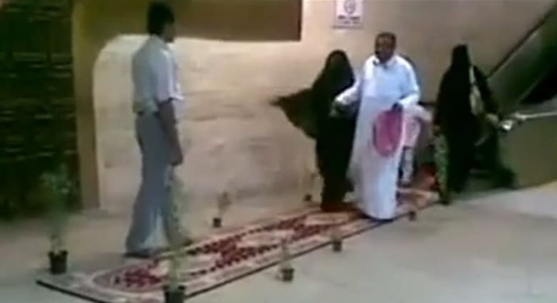 """شاب يقبل قدمي أمه في المطار.. والفوزان يقول إن """"الانحناء"""" حرام"""