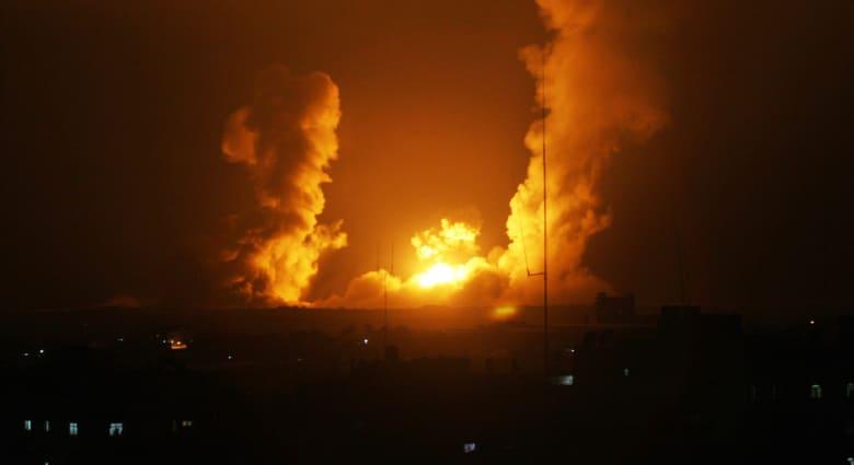 """غارات إسرائيلية على عشرات الأهداف بغزة.. وحماس تهدد نتنياهو بـ""""فتح أبواب الجحيم"""""""