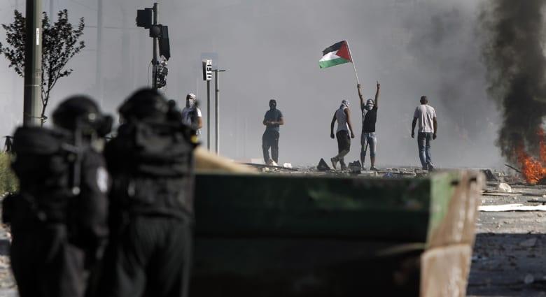 مصادمات دامية بالقدس وإسرائيل تحشد جيشها على حدود غزة