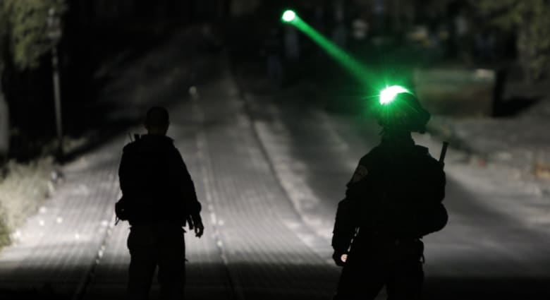 """نتنياهو يتصل بوالد أبوخضير معزيا.. و""""القسام"""" تدعو سكان بئر السبع للهرب بعد غارات إسرائيلية"""