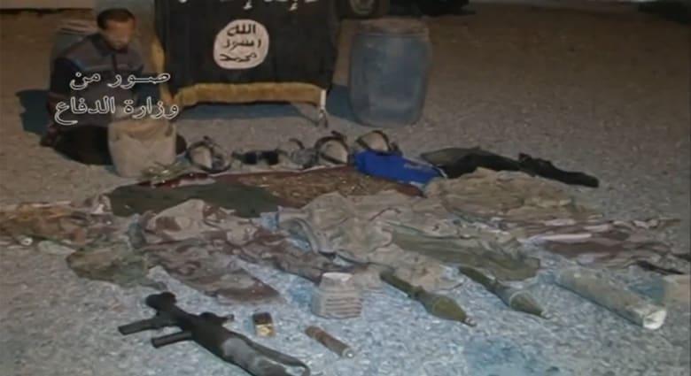 بالفيديو.. الجيش العراقي يقبض على عنصر بداعش وعتاد وملابس عسكرية