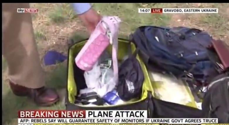 """سكاي نيوز تعتذر عن عبث مراسلها بمتعلقات أحد ضحايا """"الماليزية"""" بأوكرانيا"""