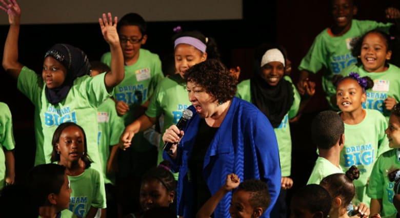 عدد كبير من الأطفال يندفعون لمعانقة هيلاري كلينتون