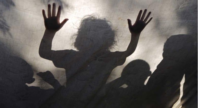 مقتل 10 أطفال وحماس وإسرائيل تتبادلان الاتهامات بقصف مستشفى ومخيم