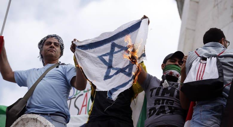 صحف: دوس علم إسرائيل شرط لدخول مبنى بلدية مدينة أردنية
