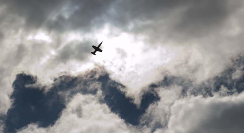 """""""مواجهة بالأجواء""""... طائرة تجسس أمريكية تفر من مقاتلة روسية"""