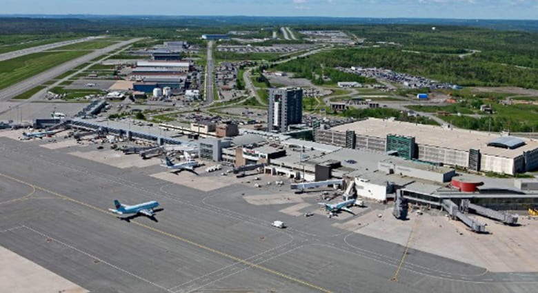 تسلقت السور الأمني للمطار لغاية منع طائرة زوجها من الإقلاع