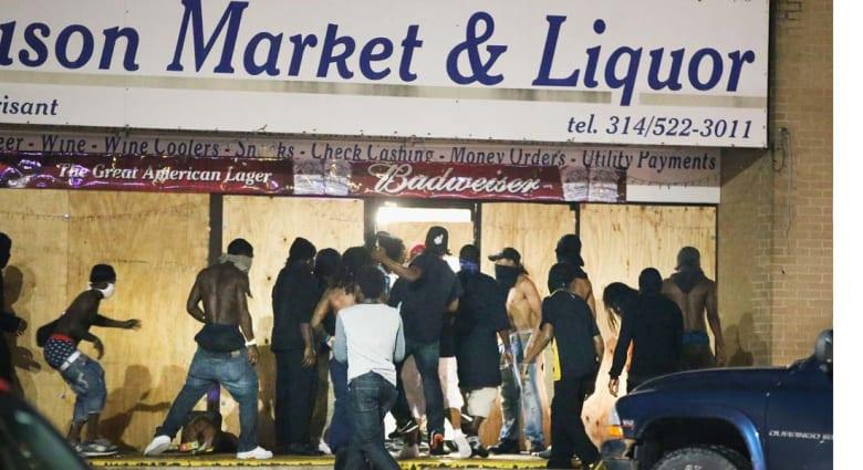 أعمال نهب وتخريب في فيرغسون وحاكم ميسوري يعلن الطوارئ ومنع التجوال