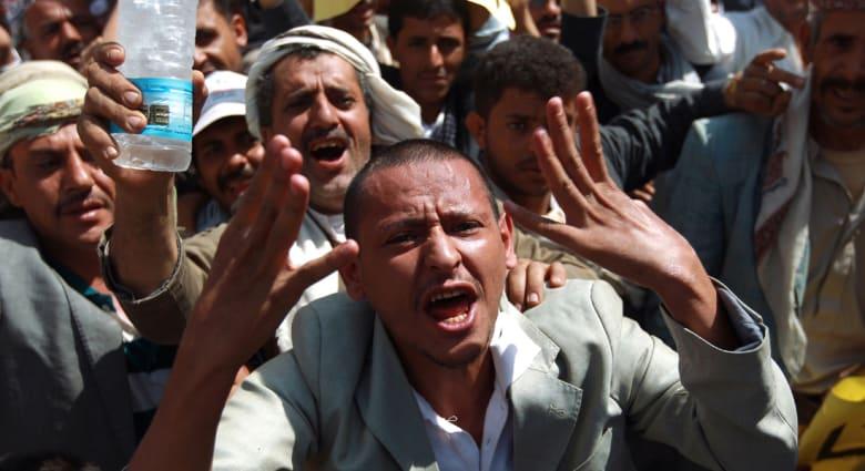 """اليمن: """"الحوثيون"""" يقطعون شوارع صنعاء رفضاً لإعلان خفض سعر المشتقات البترولية"""