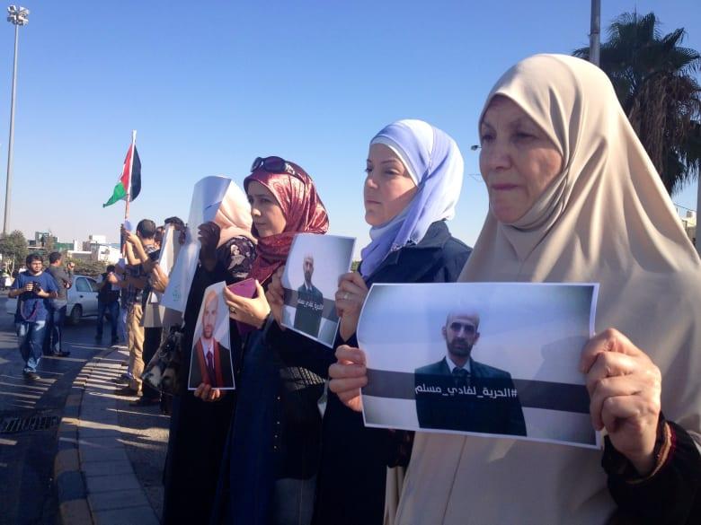 """عائلة """"فادي مسلم"""" الأردني المعتقل بالسعودية تحتج أمام رئاسة الوزراء"""