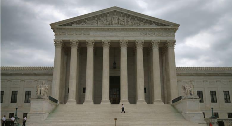 بسبب صور مع ساسة ومشاهير.. محامية أمريكية تواجه عقوبة تعليق رخصتها