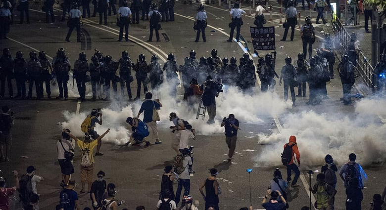 المطالبون بالديمقراطية يواصلون التظاهر في هونغ كونغ وأنباء عن سقوط عشرات الجرحى