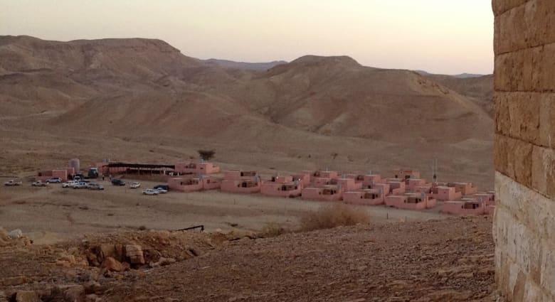 """نزل """"بئر مذكور"""" في قلب الصحراء الأردنية.. معلم يحاكي حياة البدو يبحث عن العالمية"""