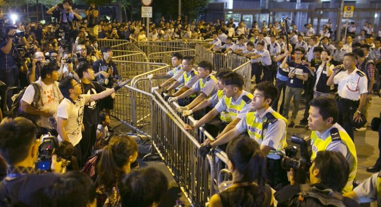 رئيس حكومة هونغ كونغ يرفض الاستقالة ويقبل بالتفاوض مع المحتجين