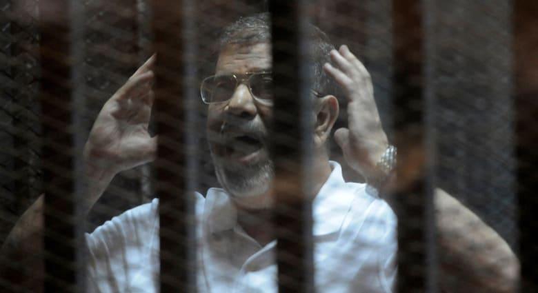 """مصر.. تراشق بين دفاع الإخوان والنيابة بقضية """"التخابر"""".. وماذا قال مرسي للمحكمة؟"""