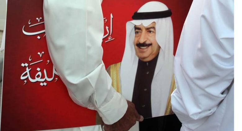 بعد أسبوع من الانتخابات .. ملك البحرين يحل الحكومة ويطلب من عمّه إعادة تشكيلها