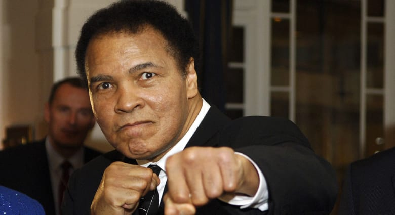 نقل أسطورة الملاكمة محمد علي للمستشفى مصاباً بالتهاب رئوي