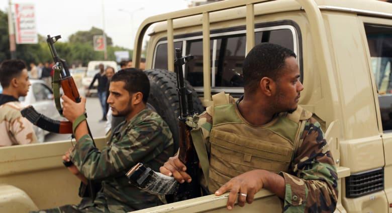 """حفتر يعلن الحرب على """"المسلحين"""" ببنغازي... وطرابلس تحتج"""