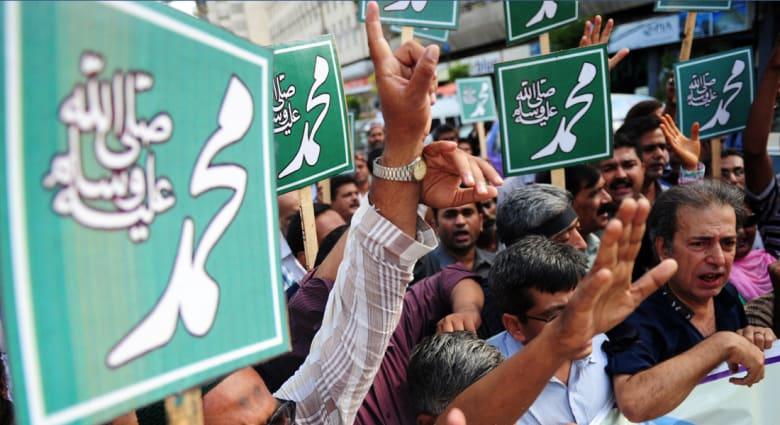 """""""تشارلي إيبدو"""" تثير الغضب مجدداً بكاريكاتير يسخر من """"داعش"""" اعتبر مسيئاً للنبي محمد"""