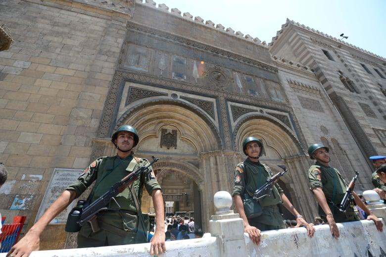 """مصر: جدل """"تحليل وتحريم"""" شهادات قناة السويس الجديدة يصل منابر المساجد.. ومواقف للأزهر والافتاء"""