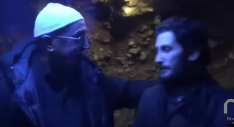 بالفيديو.. لقاء بين جندي لبناني أسير لدى النصرة ووالده
