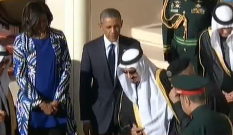 """بالفيديو.. ترك الملك السعودي لأوباما في المطار لـ """"الصلاة"""" يثير ضجة بين المغردين"""