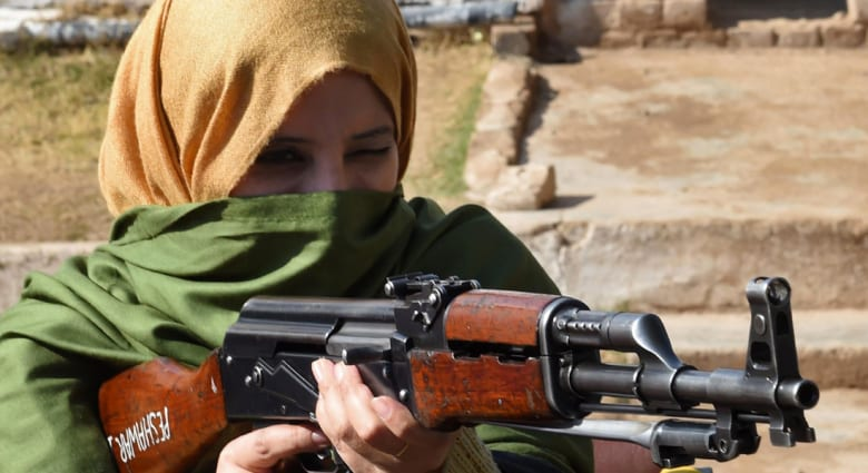 """""""محاربو الطبشورة والسبورة"""" يحملون أسلحة داخل مدارس بيشاور بعد هجوم المدرسة العسكرية الدموي"""