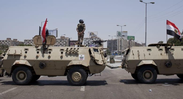 حادث غريب في مصر.. إصابة 3 جنود اثنان في حالة خطيرة بانفجار إطار سيارة