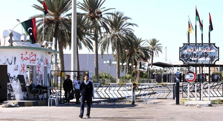 """آلاف المصريين يواجهون """"المجهول"""" في ليبيا.. جسر جوي بين القاهرة وتونس ولجان لحصر العائدين"""