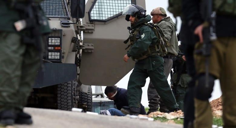 """سجين فلسطيني يطعن ضابطاً إسرائيلياً في """"رامون"""" وضبط """"خلية حمساوية"""" بالخليل"""