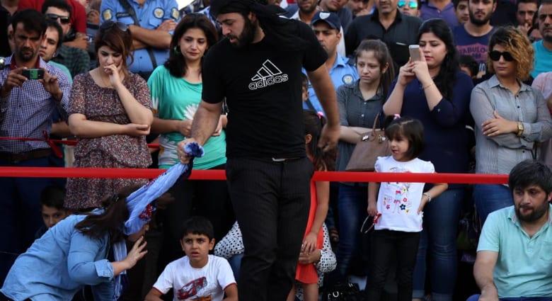 """ناشط من """"عاصمة"""" داعش: عناصر التنظيم مهووسون بالجنس.. 270 حالة زواج قسري.. والنساء دون الـ45 يمنعن من مغادرة الرقة"""