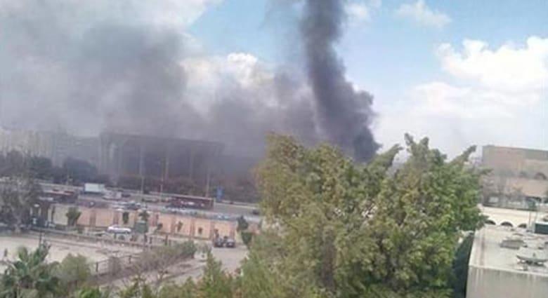 مصر: عشرات من رجال الإطفاء يعملون لإخماد حريق هائل بقاعة المؤتمرات بمدينة نصر