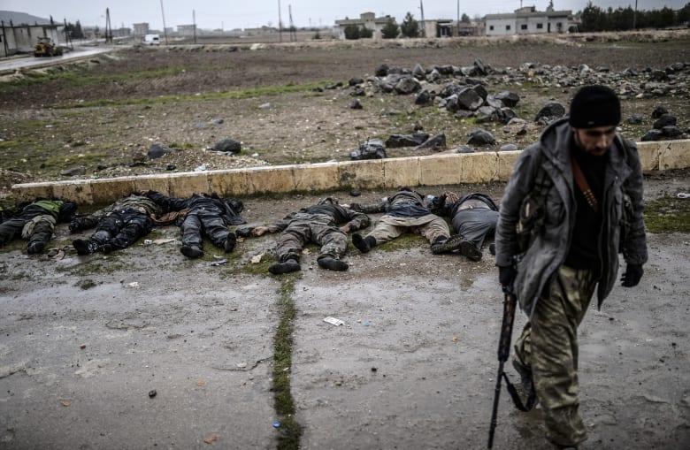 """تحت ضغط الأكراد """"داعش"""" ينسحب من ريف كوباني إلى جرابلس ويفجر جسرا لمنع ملاحقته"""
