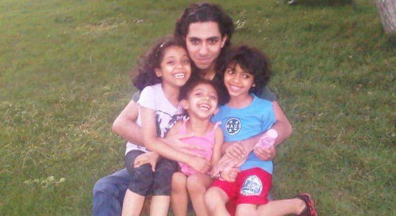 """بعد تقارير عن إعادة محاكمته بـ""""الردة"""" تمهيدا لإعدامه.. السعودية ترفض """"التطاول"""" بقضية رائف بدوي"""