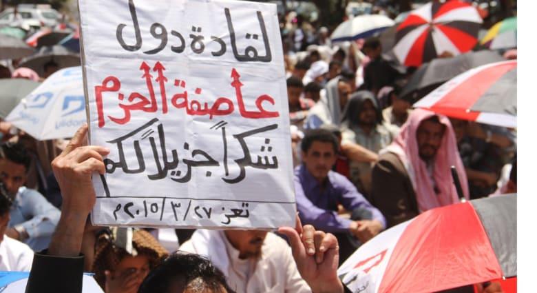 الحوثيون يستدعون المتقاعدين والمسرحين للخدمة ويرفعون آية الكرسي مكان صور الرؤساء