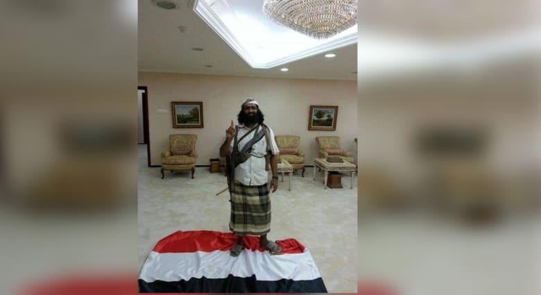انتشار صورة لخالد باطرفي أحد قيادات القاعدة وهو يدوس العلم اليمني بالقصر الرئاسي في المكلا