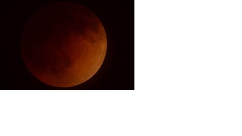 """""""قمر الدم"""" .. خسوف نادر للقمر في نسخته الثالثة"""
