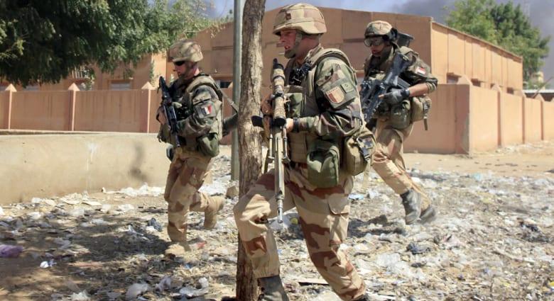 باريس: قوات فرنسية تحرر رهينة هولنديا احتجزته جماعة إرهابية في مالي منذ 2011
