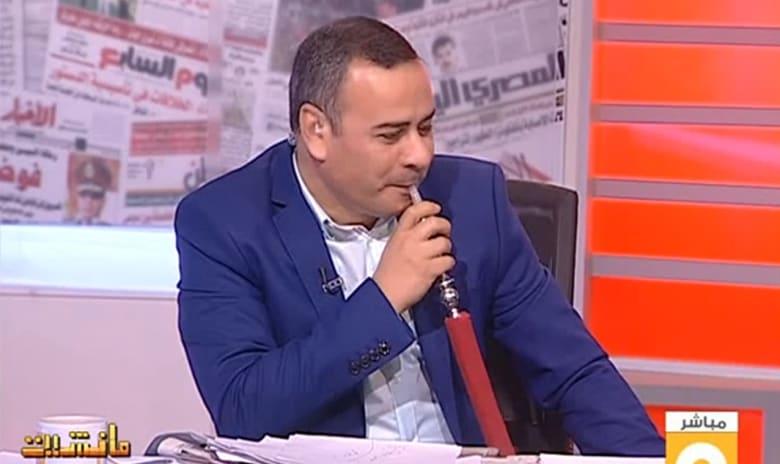 """بالفيديو.. المذيع المصري """"القرموطي"""" يدخن الشيشة على الهواء"""