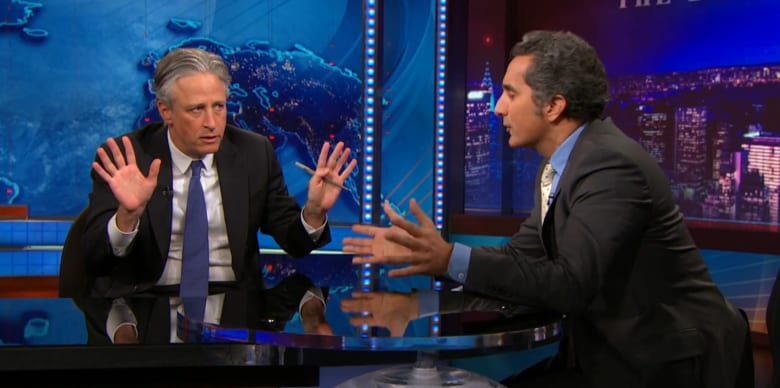 باسم يوسف يشرح ساخراً لجون ستيوارت ما يجري في اليمن والمستفيد الدائم مما يجري