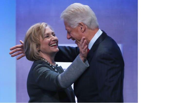 بيل كلينتون يدلي بأول تعليق لدعم زوجته في سباقها للرئاسة: أنا فخور بها