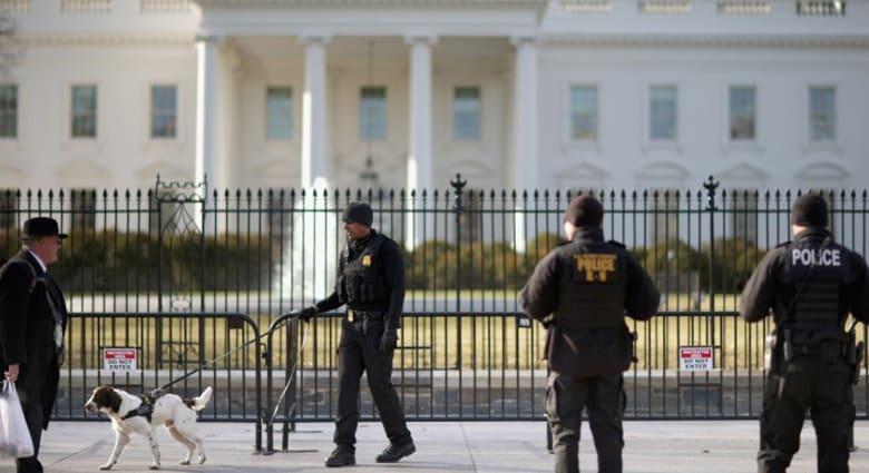 توقيف متسلل يحمل عبوة مشبوهة قفز من فوق سياج البيت الأبيض