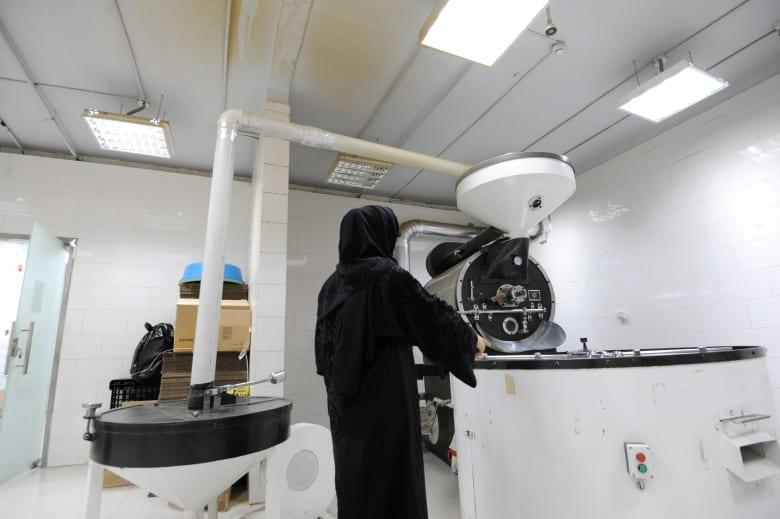 تقرير عن عمل المرأة الخليجية يكشف: تحسن كبير في الرواتب والشهادات والطموح.. والدين ليس عائقا