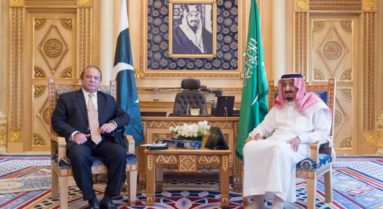 """بعد رفض البرلمان بإسلام أباد المشاركة بـ""""عاصفة الحزم"""" رئيس وزراء باكستان يلتقي العاهل السعودي في الرياض على رأس وفد عسكري رفيع"""