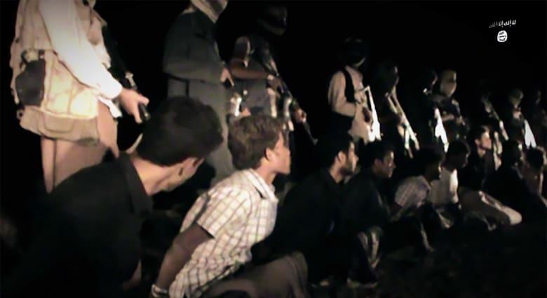 موالون لداعش ينشرون فيديو يزعمون أنه لعناصر التنظيم باليمن يقومون بقطع رؤوس حوثيين باللواء الثاني مشاة