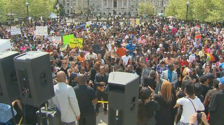"""بعد موجة الاحتجاجات العنيفة التي هزت المدينة.. حركة """"بالتيمور واحدة"""" تدعو للسلام والتسامح"""