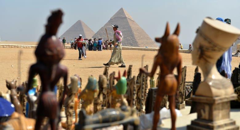 """مطعم مصري يرفض دخول سعوديين بـ""""الجلباب"""" ليفجر أزمة تنتهي بإغلاقه"""