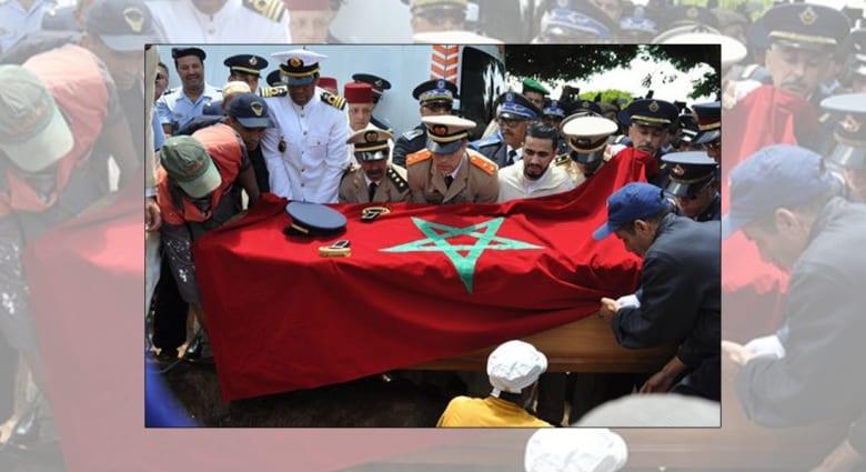الملك المغربي يمنح والد الطيار المغربي المتوّفى باليمن وسامًا حربيًا