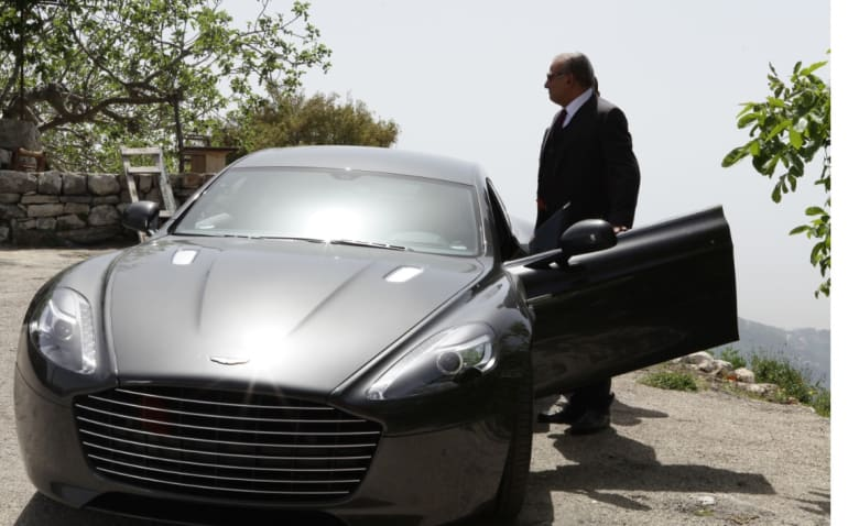 """نجوم المسلسل السوري """"العراب- نادي الشرق"""" يقودون سيّارات""""جيمس بوند"""" الشهيرة"""